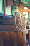 Volant de participation de main le bateau de pêche photos stock