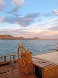 Volant et mer de bateau photographie stock libre de droits