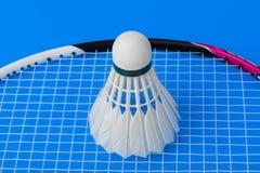 Volant et raquette de badminton sur le fond bleu Photo stock