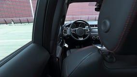 Volant et tableau de bord dans l'intérieur de cuir de voiture Vue par derrière l'appui-tête Photos libres de droits
