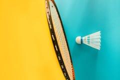 Volant i kancie dla bawić się badminton na żółtym tle Pojęcie lato rozrywka Minimalizmu wystrzału sztuka zdjęcia royalty free