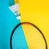 Volant i kancie dla bawić się badminton na żółtym tle Pojęcie lato rozrywka Minimalizmu wystrzału sztuka zdjęcie stock