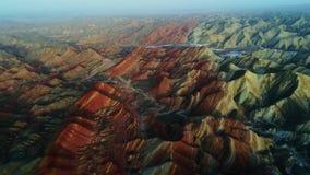 Volant par la nature avec la vue sur les montagnes colorées et rayées d'arc-en-ciel de Zhangye, Chine, mai 2017 banque de vidéos