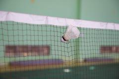 Volant saisi par le filet dans des cours de badminton photos libres de droits