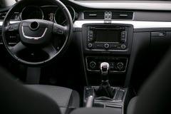 Volante adentro el coche moderno imagen de archivo