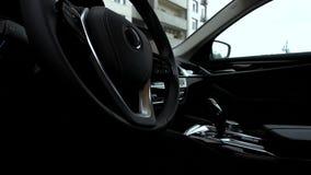 Volante adentro un coche moderno almacen de video