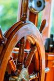 Volante amarelo, velho, envernizado, de madeira em um iate marinho Fotografia de Stock Royalty Free
