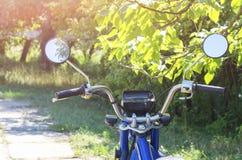 volante de la motocicleta con los espejos en la calle fotos de archivo