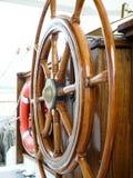 Volante de madeira em um navio de navigação foto de stock royalty free