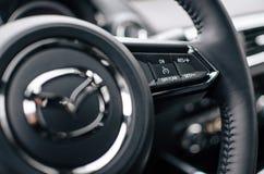 Volante de Mazda CX-9 con los botones Imagen de archivo libre de regalías