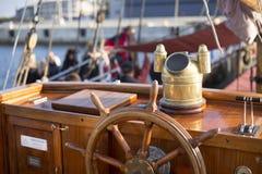 Volante de um navio de navigação de madeira velho Fotos de Stock
