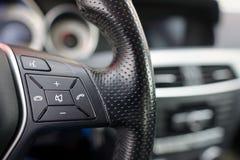Volante del coche, detalles de los controles del ajuste del teléfono Imágenes de archivo libres de regalías