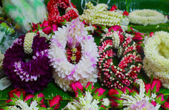 Volante del fiore fresco messo sul banchetto Fotografie Stock