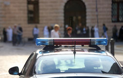 Volante della polizia con le sirene nella città Immagine Stock