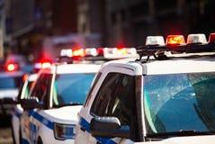 Volante della polizia di NYPD di New York con le sirene al giorno immagini stock