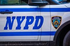 Volante della polizia di NYPD di New York con le sirene al giorno fotografie stock