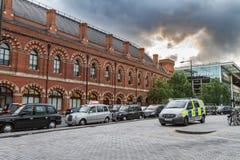 Volante della polizia e coda dei taxi fuori della stazione di re Cross St Pancras Interantional fotografia stock