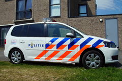 Volante della polizia olandese (Volkswagen Touran) - politie di Nationale Fotografie Stock Libere da Diritti