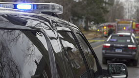 Volante della polizia vicino ad una scena del crimine (5 di 5) stock footage