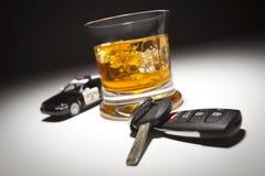 Volante della polizia vicino ai tasti dell'automobile e della bevanda alcolica Fotografie Stock Libere da Diritti