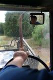 Volante della tenuta del trattore-driver dell'agricoltore delle mani del primo piano del tratto fotografia stock