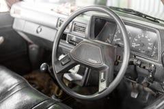 Volante dentro il vecchio pickup Toyota immagine stock libera da diritti