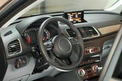 Volante dentro la nuova automobile moderna Immagini Stock