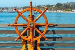 Volante di legno della nave su un pilastro fotografia stock libera da diritti