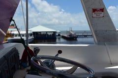 Volante do barco de turista em belize foto de stock