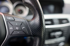 Volante do carro, detalhes de controles do ajuste do telefone Imagens de Stock Royalty Free