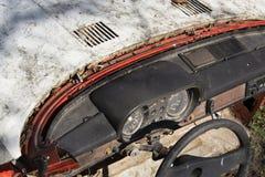Volante e tachimetro arrugginito sul cruscotto d'annata dell'automobile Immagine Stock
