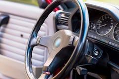 Volante nero di vecchia, retro automobile fotografia stock