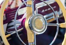 Volante retro viejo del coche Fotografía de archivo libre de regalías