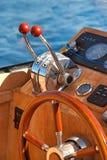 Volante sulla barca di lusso Immagine Stock