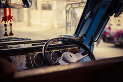 Volante y autobús escolar del tablero de instrumentos Foto de archivo libre de regalías