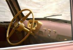 Volante y tablero de instrumentos en coche de la vendimia Fotografía de archivo libre de regalías