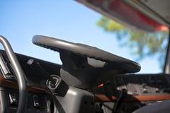 Volante y tablero de instrumentos semi del camión moderno Imagen de archivo