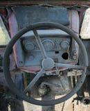 Volante y tablero de una maquinaria agrícola vieja imagen de archivo