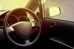 Volanti dell'automobile di determinare stanza in automobile interna automobilistico fotografia stock