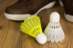 Volants pour le badminton sur un plancher en bois Photographie stock