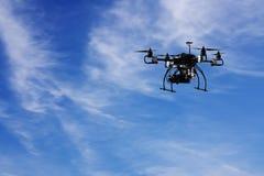 Volar el abejón con la cámara con el fondo del cielo y de la nube Fotografía de archivo libre de regalías