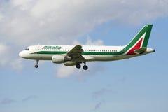 Volar el Airbus A320 (EI-DTN) de Alitalia Fotografía de archivo libre de regalías
