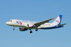 Volar el Airbus A320 VQ-BQN del ` de las líneas aéreas de Ural del ` de la línea aérea en el cielo despejado azul Imágenes de archivo libres de regalías