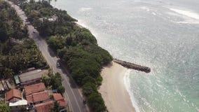 Volar un abejón sobre la costa y las islas en el océano en el amanecer metrajes