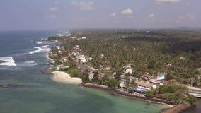 Volar un abejón sobre la costa y las islas en el océano en el amanecer almacen de video