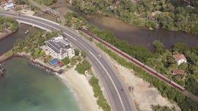 Volar un abejón sobre la costa y las islas en el tren en el amanecer metrajes