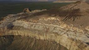 Volar un abejón sobre la montaña Sherkala Puesta del sol almacen de metraje de vídeo