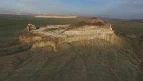 Volar un abejón sobre la montaña Sherkala Puesta del sol 3 25fps almacen de metraje de vídeo