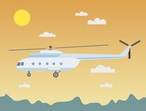 Volar un helicóptero en el cielo nocturno sobre las montañas Fotos de archivo libres de regalías