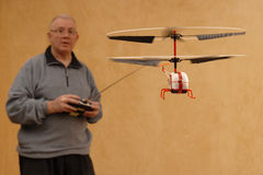 Volar un helicóptero minúsculo Fotografía de archivo libre de regalías
